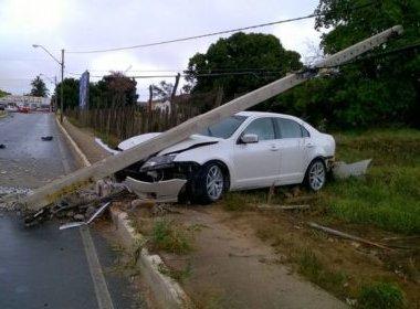 Vitória da Conquista: Carro bate e derruba poste em avenida