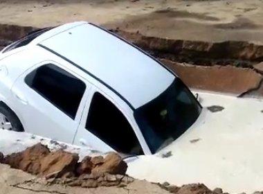 Teixeira: Carro é engolido por cratera em estacionamento de hospital; veja vídeo