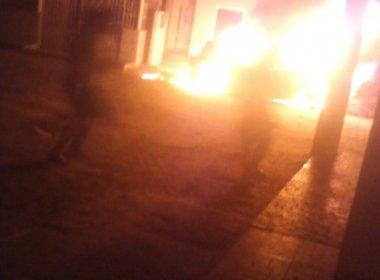SAJ: Moradores vivem pânico após grupo atirar em ruas e atear fogo em carro