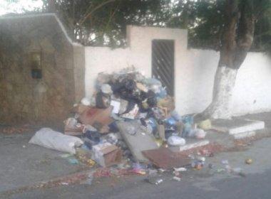 Camaçari: População joga lixo na porta da casa do prefeito