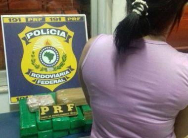 Mulher com tornozeleira eletrônica é presa transportando 10 kg de drogas em ônibus