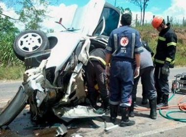 Motorista sobrevive após bater em dois carros, um caminhão e capotar em BR