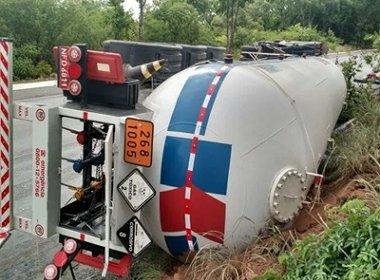 Carreta com substância química tomba na BR-242 e pista é interditada