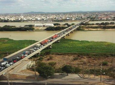 Índios paralisam trânsito na ponte que liga Juazeiro a Petrolina
