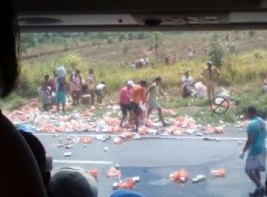 Caminhão carregado de cerveja tomba na BR-324 e moradores saqueiam veículo