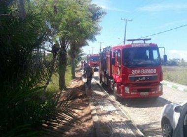 Guarajuba: Incêndio que atingiu área próxima a condomínio é extinto