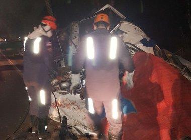 Pojuca: Carga de feijão cai sobre cabine e motorista morre; acidente vitimou outros 2