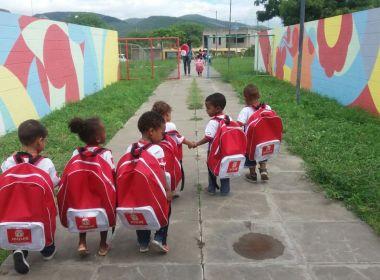 Jequié: Prefeitura entrega kits escolares e tamanho das mochilas vira piada na Internet