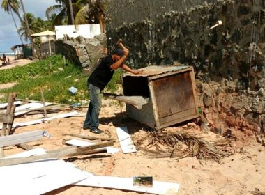 Consideradas irregulares, 10 barracas são retiradas de praia em Jauá; donos são multados