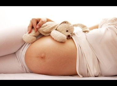 Teixeira de Freitas: Jovem de 15 anos morre após dar luz a gêmeos e família acusa hospital
