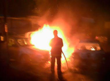 Camaçari: Carro pega fogo dentro de oficina em Arembepe; local tinha mais 30 veículos