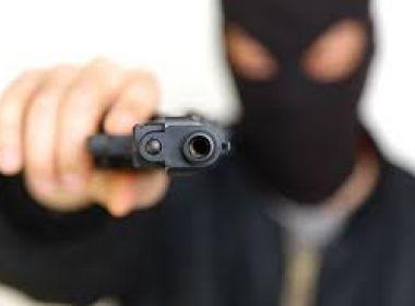 Feira: Polícia divulga vídeo de assalto em lanchonete e procura comparsa foragido