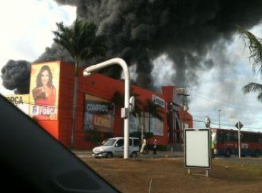 Incêndio atinge galpão da Insinuante de Lauro de Freitas