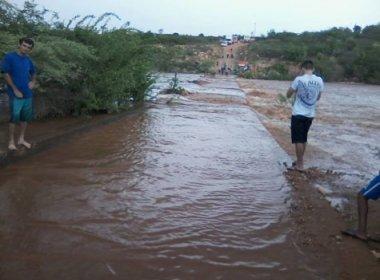 Brumado: Chuva forte faz rio transbordar e deixa moradores 'ilhados'