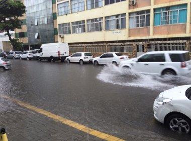 Chuva inunda ruas e prejudica fornecimento de energia em Salvador