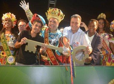 Rui e Neto entregam chave da cidade para o Rei Momo