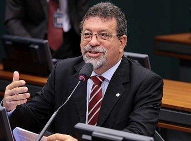 Líder do PT, Florence diz que prioridades são rejeitar impeachment e recuperar economia
