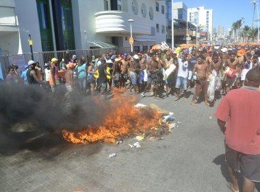 Ambulantes protestam contra apreensão de mercadoria e atrasam desfile no Circuito Dodô
