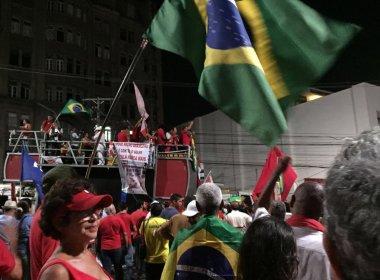 Políticos são aplaudidos em discursos pró-governo na Praça Castro Alves