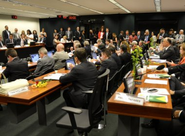 Comissão do impeachment tem mais acusações de corrupção do que Dilma, diz jornal