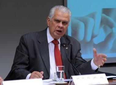 Araújo acusa Cunha de 'golpe' ao aprovar projeto para se beneficiar: 'sorrateiro'