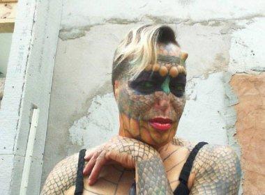 Mulher transgênero remove orelhas e nariz e se transforma em dragão