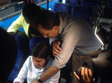Ao testar Wi-fi de ônibus executivo, prefeito 'ameaça' Fábio Mota: 'Se não pegasse...'