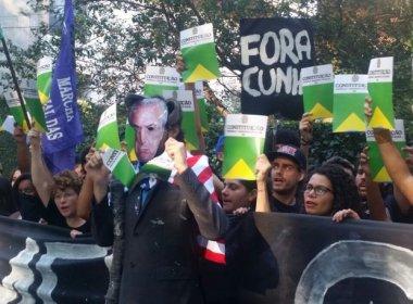 Grupo anti-impeachment realiza protesto em frente à casa de Michel Temer