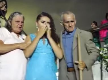 Em homenagem aos pais, jovem carrega enxada em festa de formatura; veja vídeo