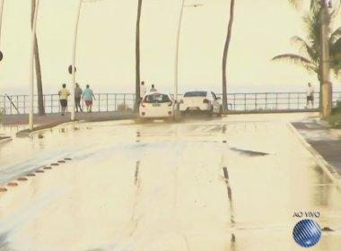 Vazamento no Morro do Gato provoca alagamento na Avenida Oceânica