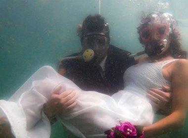 Casais sacramentam união no mar do Porto da Barra