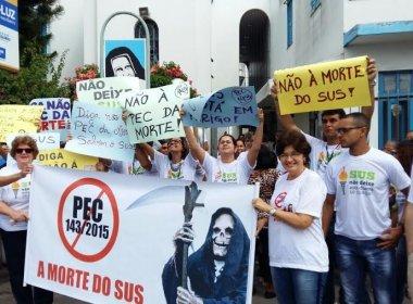 Durante passagem da Tocha, grupo protesta contra redução de gastos em saúde