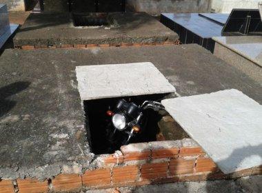 Motocicleta é encontrada dentro de túmulo: 'Foi velada como indigente'