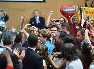 Aos gritos de 'volta querida', Dilma é recebida com pipoca por baianas na AL-BA; veja vídeo