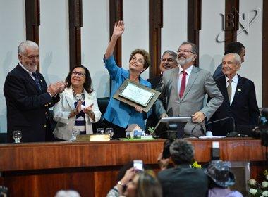 'Sabemos que você é honrada e honesta', diz Rosemberg durante entrega de título a Dilma