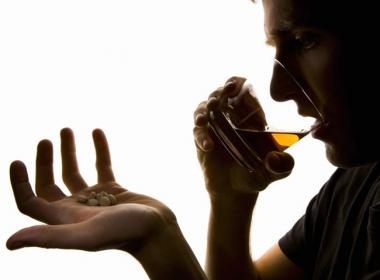 Perigo de mistura entre álcool e analgésicos é real, apesar da falta de pesquisas