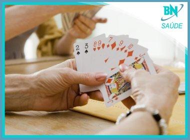 Jogar cartas pode promover melhora em vítimas de AVC, aponta estudo
