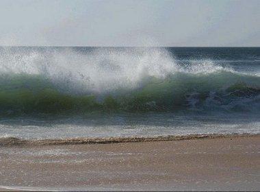 Mar grosso e ressaca têm ondas de três metros no litoral da Bahia e de Sergipe