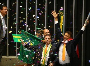 Deputado que jogou confetes em votação de impeachment é cassado pela Justiça