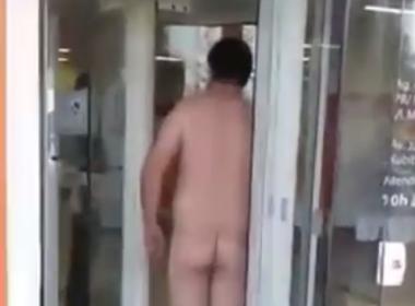 Revoltado, homem tira roupa para entrar em agência bancária