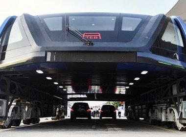 Superônibus de dois metros que trafega sobre carros é testado na China