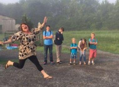 Mãe comemora fim das férias dos filhos e foto viraliza