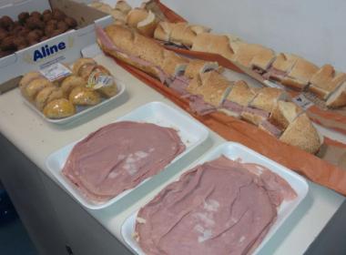 Em sessão do impeachment, jornalistas compram pão com mortadela e coxinha