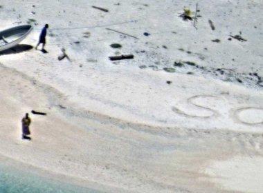 Casal de marinheiros é resgatado de ilha inabitada após escrever 'SOS' na areia
