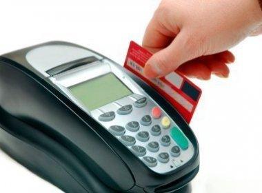 Morador de rua usa máquina de cartão para pedir esmola: 'Crédito em cinco parcelas'