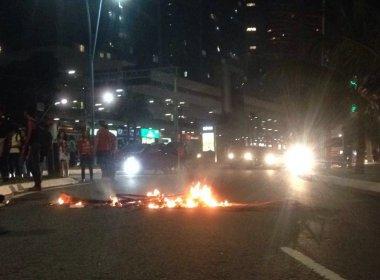 Com fogo 'tímido', manifestantes fecham Av. Tancredo Neves em ato contra Temer