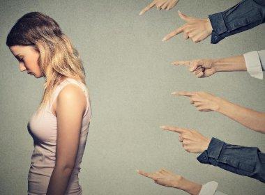 Um terço da população brasileira acredita que culpa de estupro é da vítima, diz pesquisa