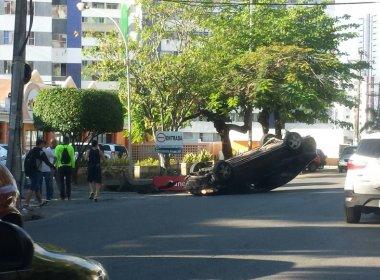 Carro capota no Imbuí; não há confirmação de feridos