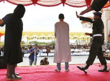 Jovem indonésia leva 23 chibatadas por ser vista com namorado; outros 12 são castigados