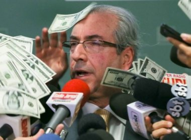 Processo de Eduardo Cunha contra jovem que lhe atirou dólar falso é suspenso